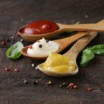 Löffel mit Senf, Ketchup und Mayo - Senf kaufen