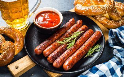 Wurst auf einem Teller mit Ketchup Brezeln und Bier - Senf kaufen